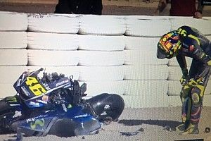 Vídeo: Rossi inaugura su casillero de caídas en 2018