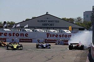Видео: Росси выбивает Уикенса в борьбе за победу в IndyCar