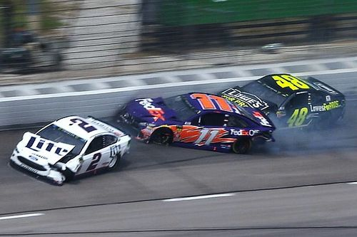 Multi-car wreck forces stoppage of Texas Cup race - video
