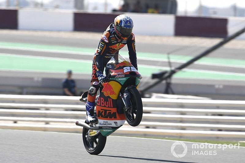 Raúl Fernández lidera la primera jornada de Moto3 en Qatar