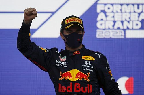 Perez wint GP van Azerbeidzjan na klapband Verstappen