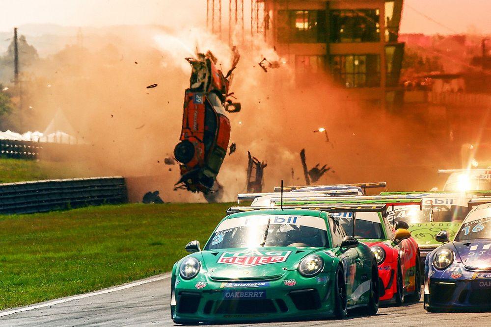 VÍDEO: Piloto da Porsche Cup sai ileso de acidente assustador na largada em Curitiba