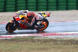 Márquez lidera un warm up marcado por la lluvia y las caídas