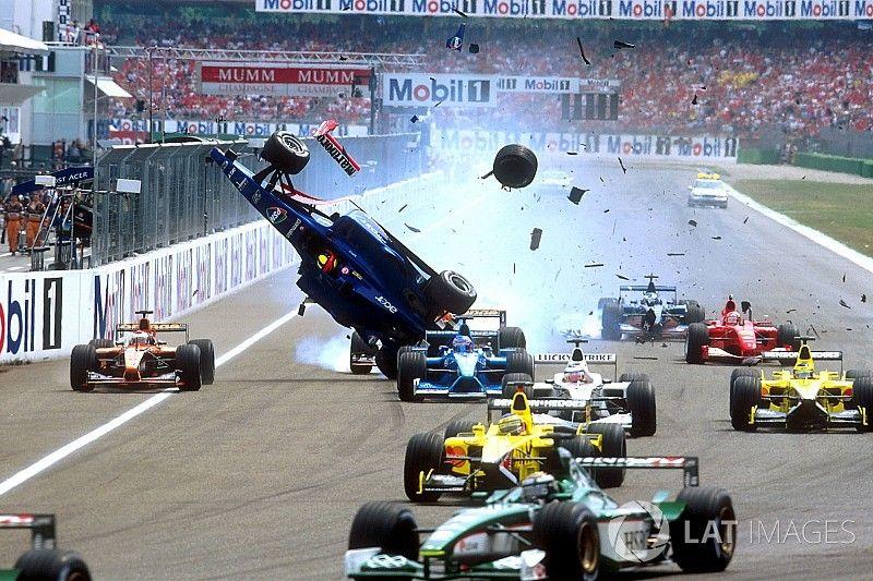 """No aniversário de Burti, F1 """"presenteia"""" piloto com acidente"""