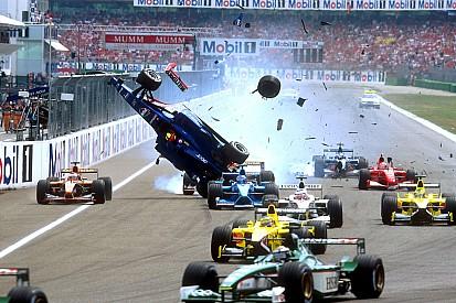 """4a19399ea No aniversário de Burti, F1 """"presenteia"""" piloto com acidente"""