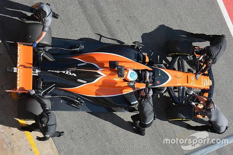 Photos - La McLaren MCL32 en piste à Barcelone