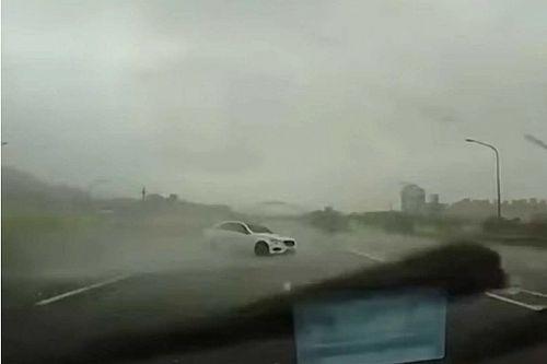 Elképesztő manővert hajtott végre esőben a Mercedes-Benz E-osztályának vezetője