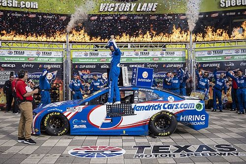 Larson gana en Texas y asegura ser finalista, Suárez en top 10