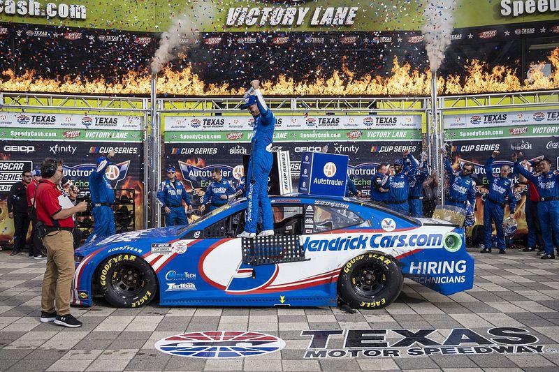 Larson locks himself into Championship 4 with Texas Cup win