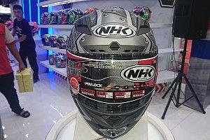 Ragam model helm replika Karel Abraham