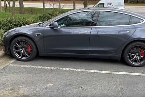 Videó: Kevesebbet fogyaszt-e a Tesla Model 3 kisebb felnikkel?