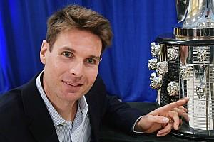 Will Power presenta su imagen en el trofeo Borg-Warner