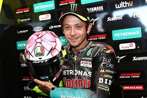 Fotos: Rossi dedica su casco en Misano a su futura hija