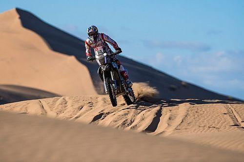 Голландский мотоциклист откачал соперника прямо на трассе «Дакара»