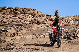 Versenyzőtársának kellett újraélesztenie a Dakaron bukó motorost