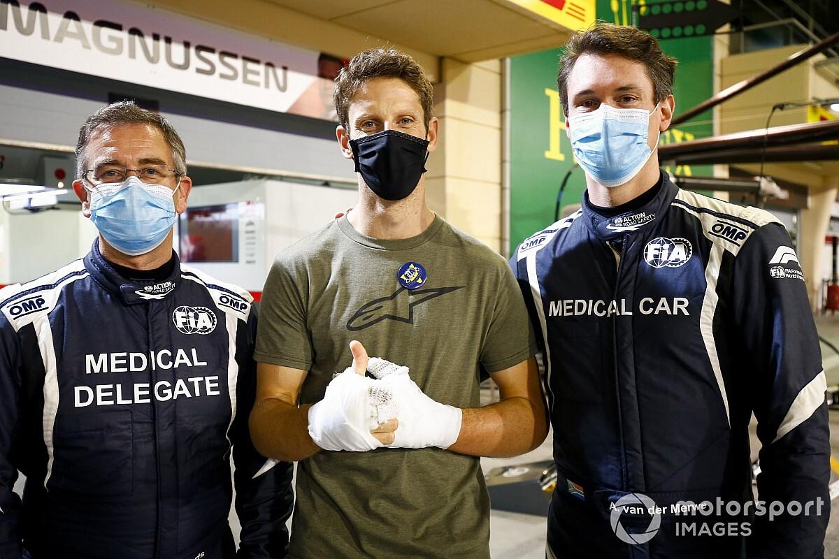 Grosjean bal kezéről is teljesen lekerült a kötés – nem valami szép látvány