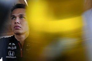 Albon po przymiarce do samochodu Red Bulla