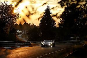 Könyörtelenül lángol a Ferrari, de a versenyző nem száll ki