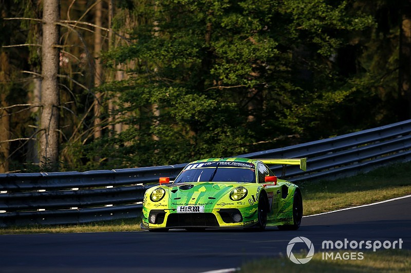 Nurburgring 24h: Porsche stays in front of Mercedes