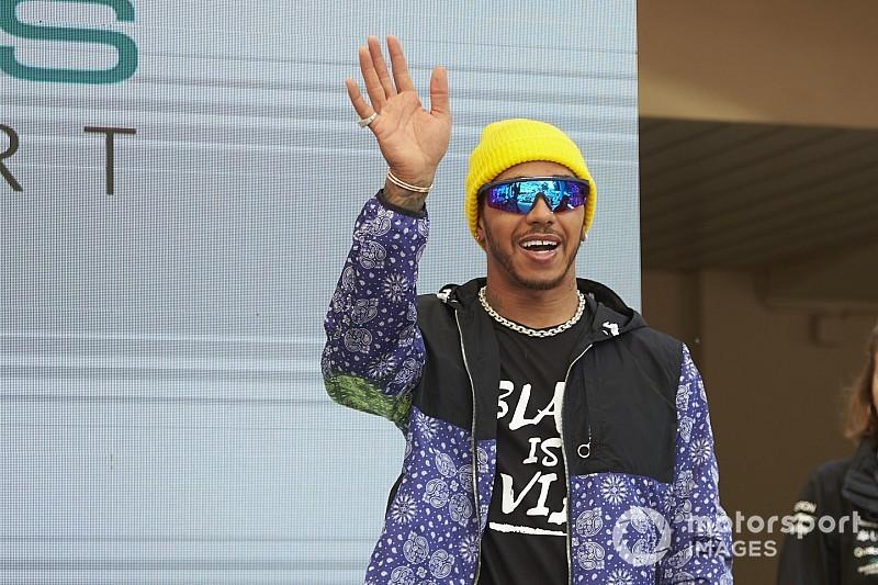 Hamilton nagyon furcsa öltözéke Monacóból
