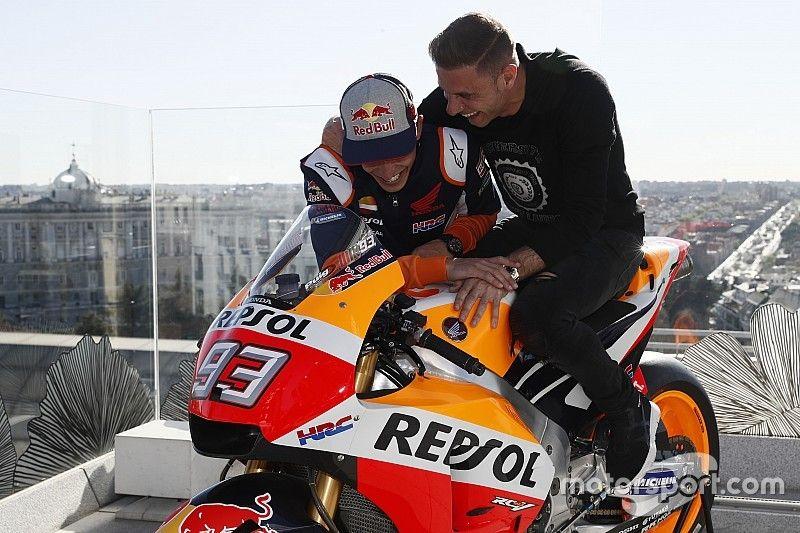 Vídeo: Márquez le enseña su Honda RC213V a Joaquín