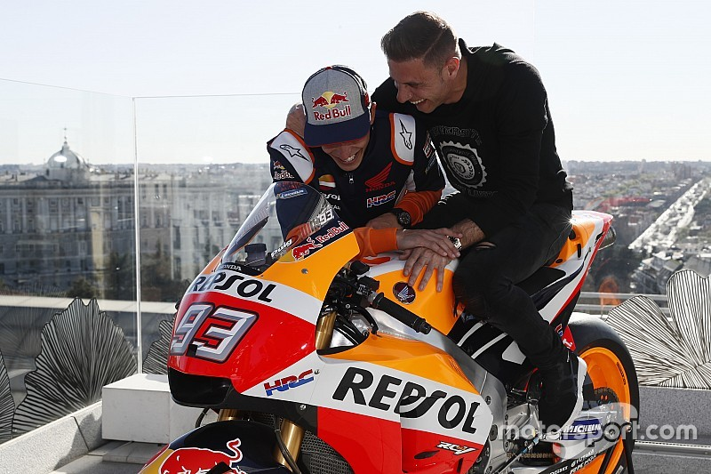 Video: Márquez le enseña su Honda RC213V a Joaquín
