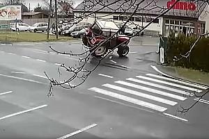 Videó: Előbb meghajtotta, majd oldalára tette a traktort egy sofőr Lengyelországban