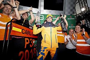 Sainz podyuma çıktı, kupasını ve şampanyasını aldı!