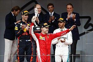 """Hamilton wijst Vettel aan als titelfavoriet: """"Ferrari heeft het tot nu toe laten liggen"""""""