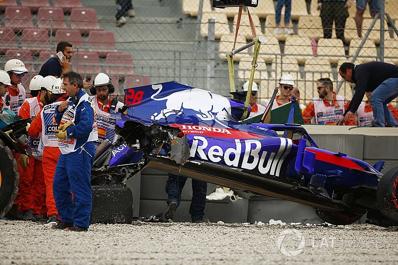Képeken a csúnyán összetört Toro Rosso