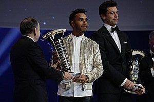Hamilton, FIA Ödül Töreni'nde şampiyonluk kupasını aldı