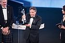 Piquet chora ao receber prêmio  pela carreira