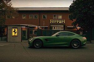 """Video Mercedes che """"profana"""" Maranello per rendere omaggio alla Ferrari"""