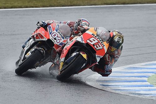 Видео: Довициозо не дает Маркесу вырвать победу в последнем повороте