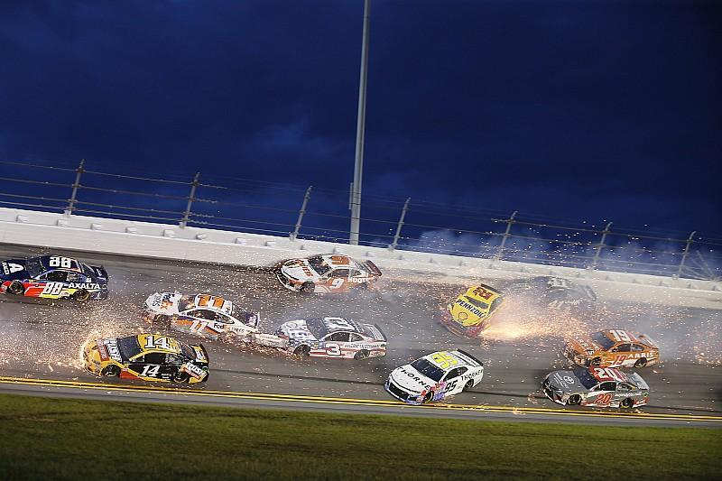 Сход половины пелотона и неожиданный победитель. Гонка NASCAR в Дайтоне получилась безумной