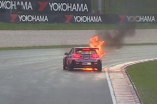 Bandiera rossa in Gara 2 a Sepang, a fuoco la Hyundai di Catsburg