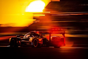 Cadillac no cede y Montoya en el top cinco a mitad de carrera