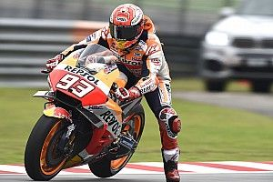 Marc Márquez gana en Malasia ante caída de Valentino Rossi