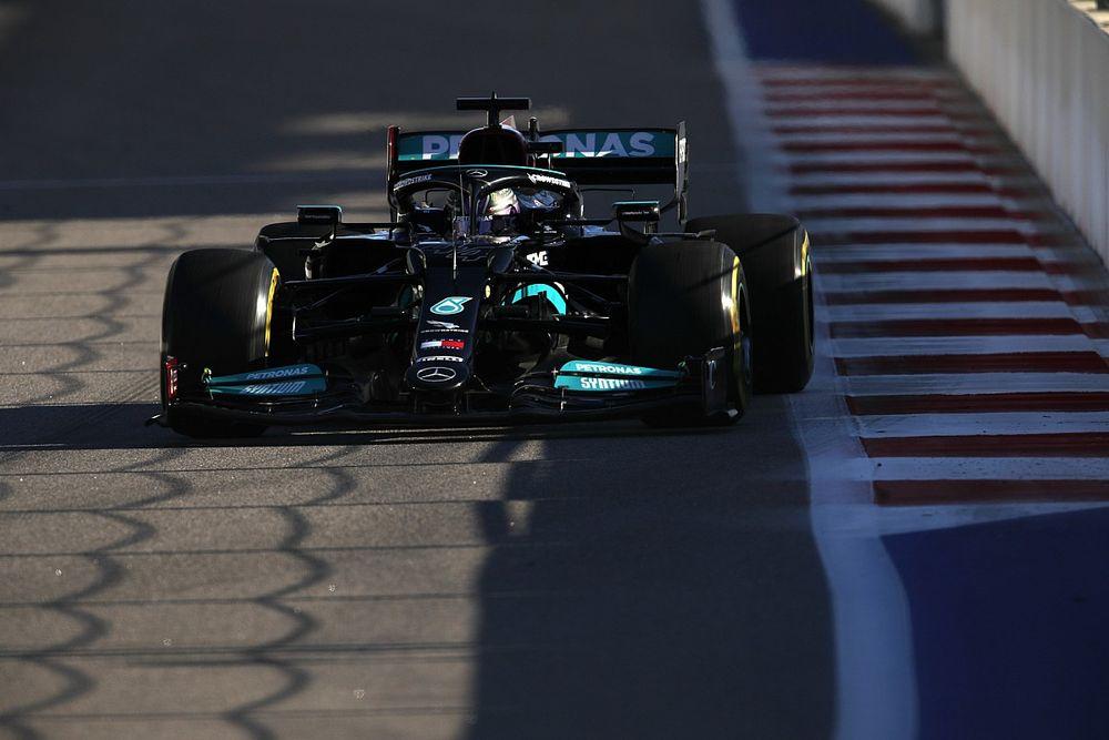 """Hamilton: """"Mercedes, Verstappen'in cezasından fayda sağlamalı"""""""
