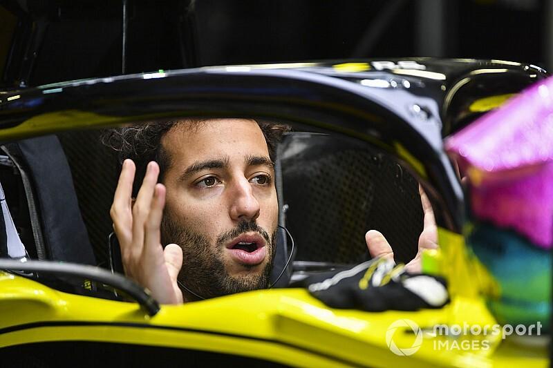 Videón, ahogy Ricciardo megtöri a Renault autóját Szocsiban