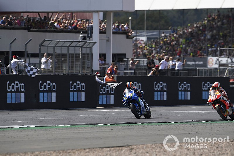 Vídeo: el adelantamiento ganador de Rins a Márquez sobre la bocina