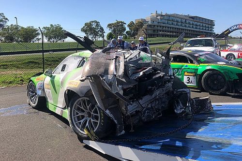 12h Bathurst: Zuschauer bekämpft in T-Shirt Brand nach Porsche-Crash