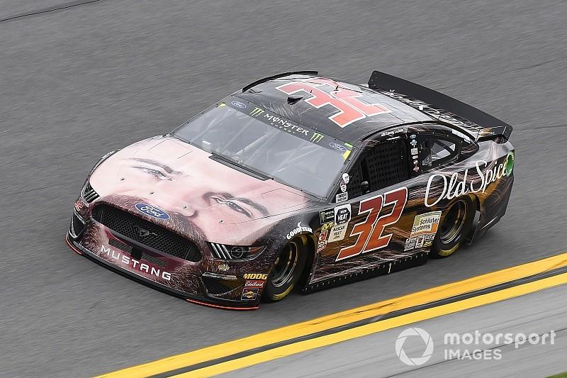 Equipe da NASCAR coloca rosto de piloto em capô de carro para Daytona 500