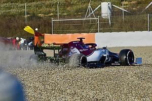 Fotogallery: Raikkonen esce di pista con l'Alfa Romeo C38 nei primo giorno di test di Barcellona