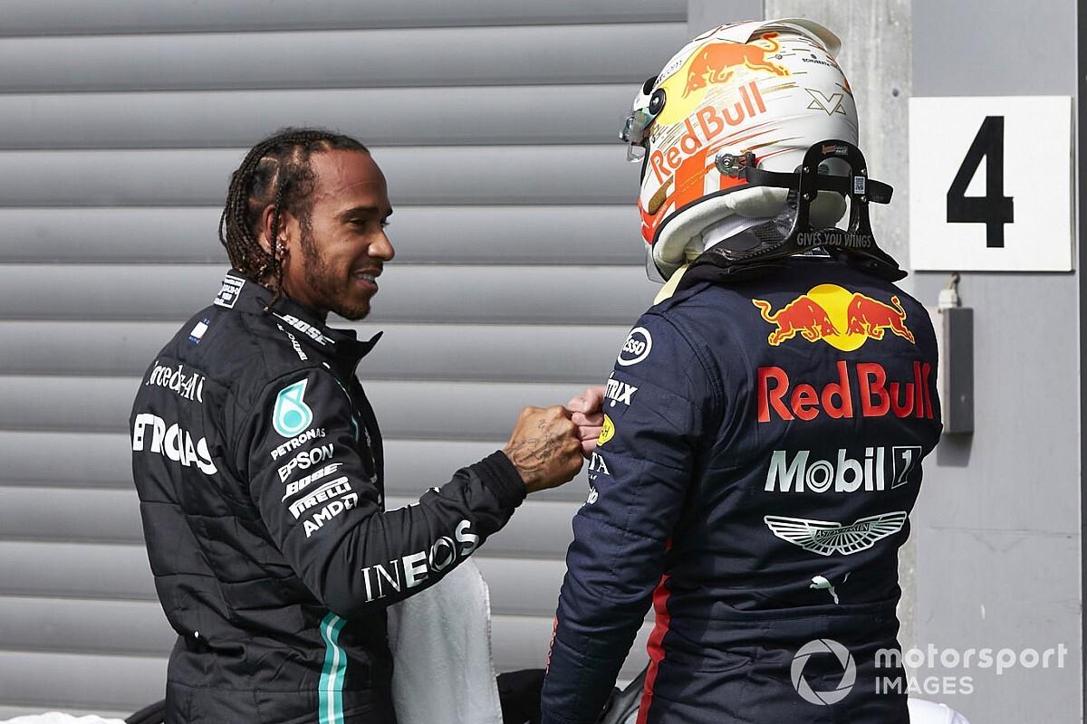 """Hamilton: """"Verstappen staat er helemaal alleen voor bij Red Bull"""""""