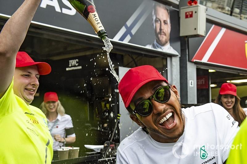 Így ünnepelt Hamilton Monacóban: ömlött a pezsgő