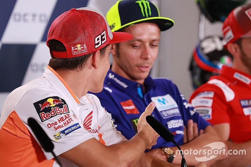 """Valentino rifiuta la stretta di mano di Marquez: """"Non ce n'è bisogno, non c'è problema"""""""