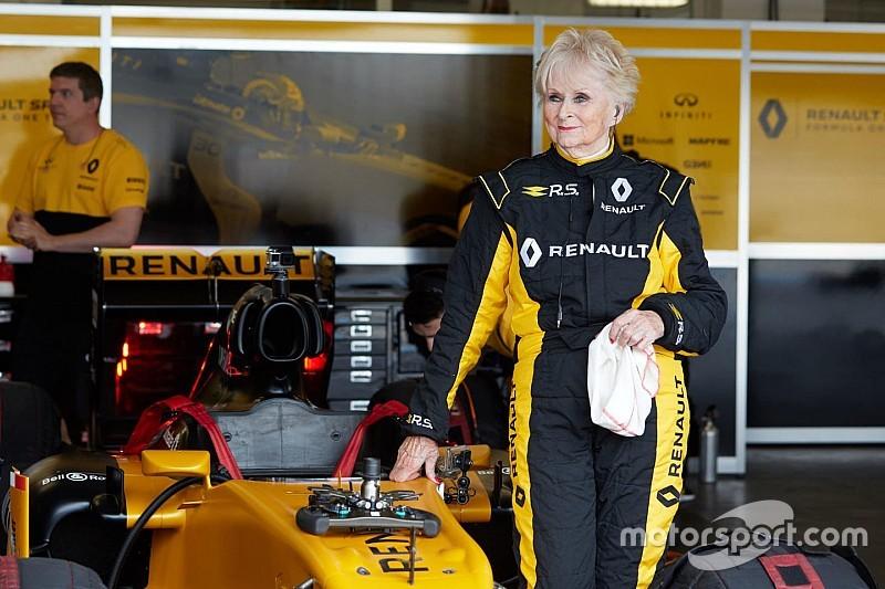 Un récord increíble: una mujer de 79 años pilota un F1 de Renault