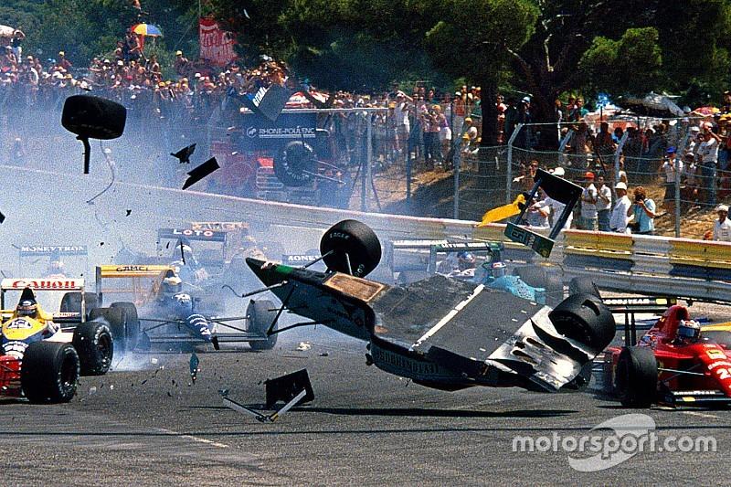 Ezen a napon történt, hogy egy F1-es autó fejjel lefelé érkezett az 1-es kanyarba - videó