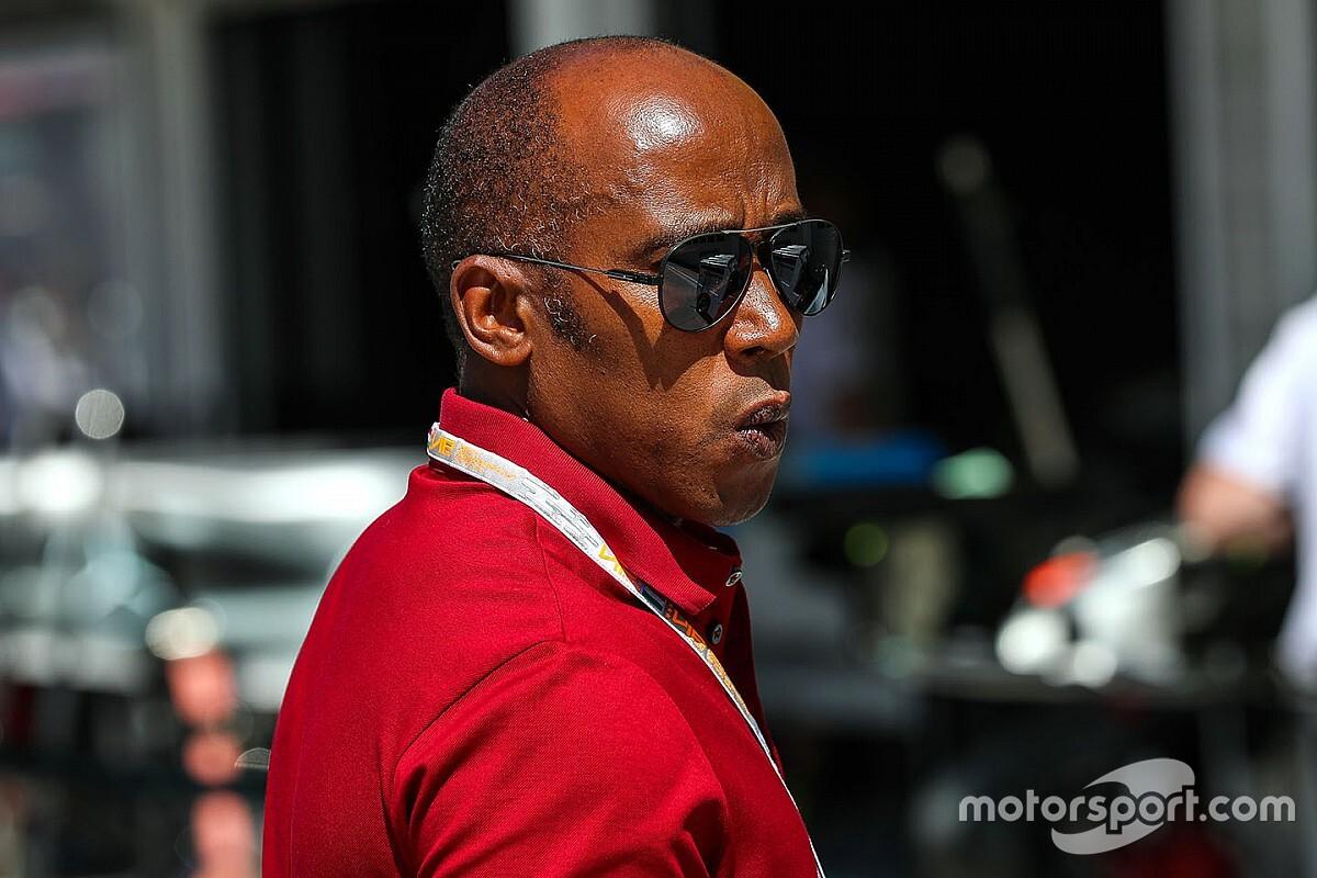 Отец Хэмилтона призвал Формулу 1 встать на колени
